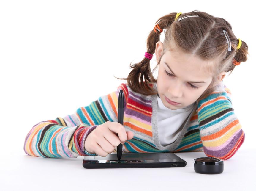 Liten jente som tegner på et nettbrett (Foto: Colourbox.com)