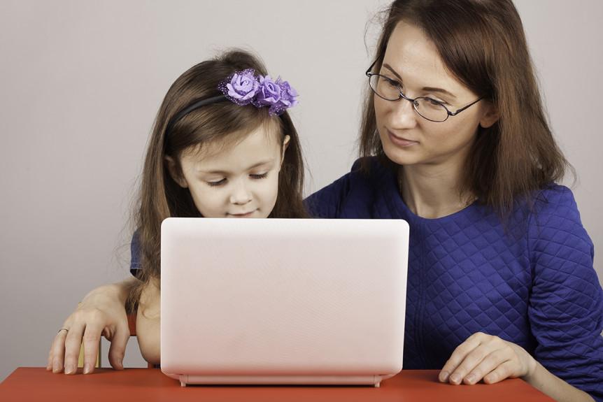 Liten jente og voksen dame som sitter foran en pc (Foto: Colourbox.com)