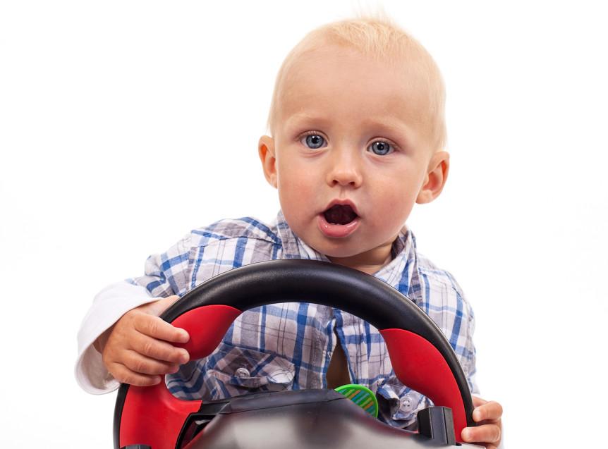 Liten gutt som holder i et leketøyratt (Foto: colourbox.com)