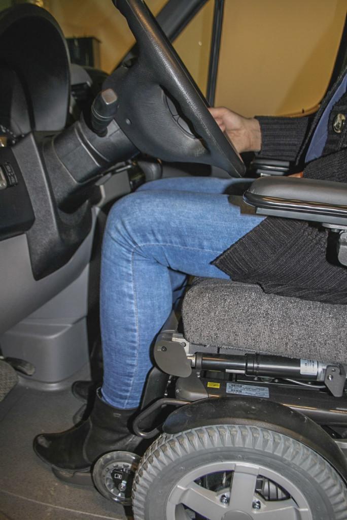 Det må være noe klaring mellom lår, knær og bilrattet (Foto: G. Grindstuen)