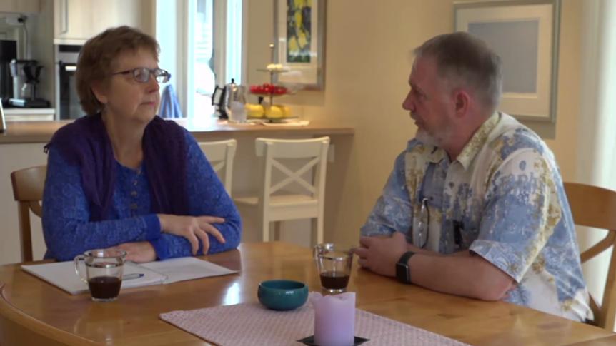 En hørselskontakt i samtale med en hørselshemmet