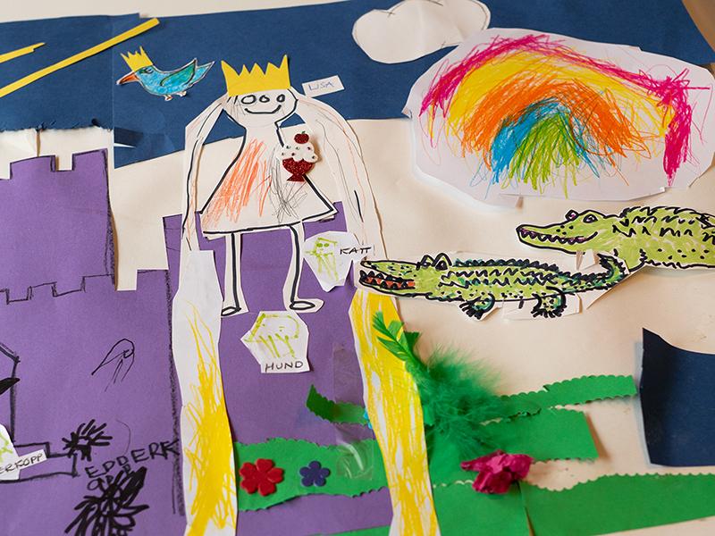 Illustrert fortelling med utklipte tegninger og fargelegginger på et papir