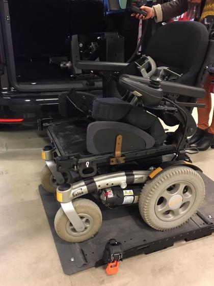 Plattformheis av typen Joey-Lift på bakken med rullestol på