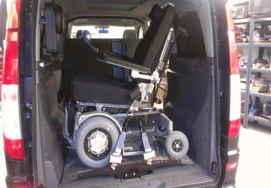 Plattformheis av typen Joey-Lift inne i bil med montert rullestol
