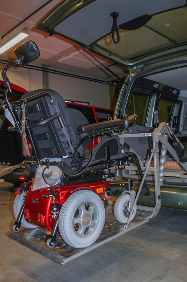 Plattformheis av typen Scooterboy ved innløfting av rullestol