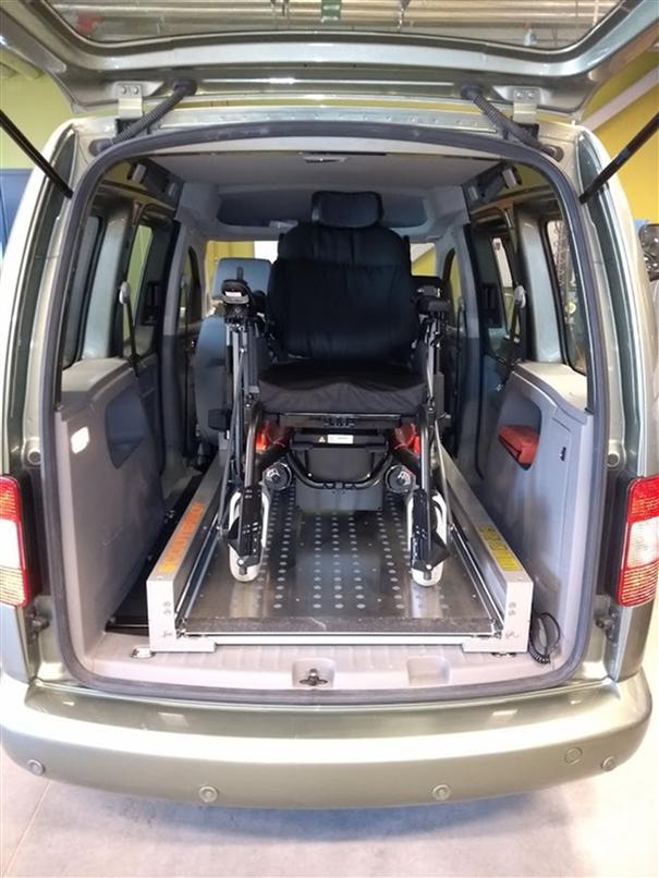Plattformheis av typen Scooterboy inne i bil med rullestol på