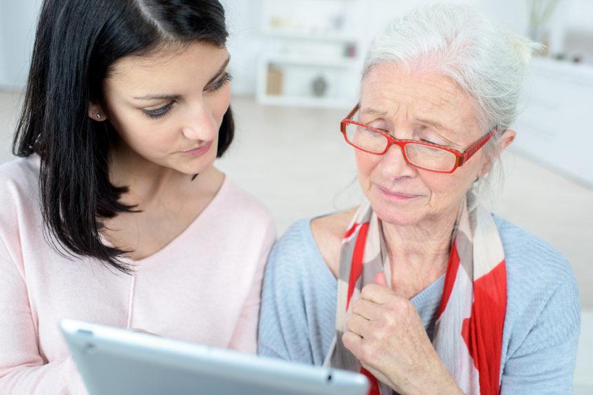 En ung og en eldre dame med briller som ser på nettbrett sammen (Foto: Colourbox)