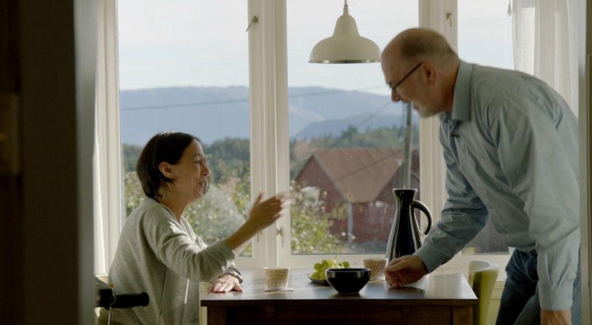 Kvinne og mann ved kjøkkenbordet (Foto: Husbanken)