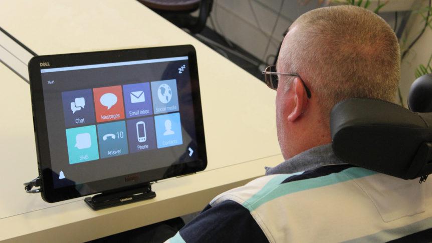 Voksen mann i rullestol som bruker talemaskin (Foto: Cognita)