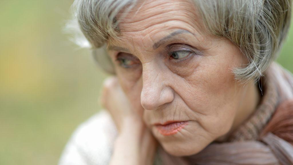 En eldre kvinne som tenker (Foto: colourbox.com)