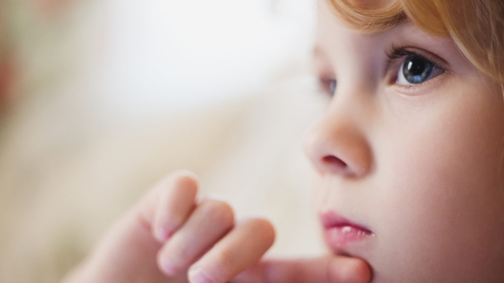 Et lite barn som tenker (Foto: colourbox.com)