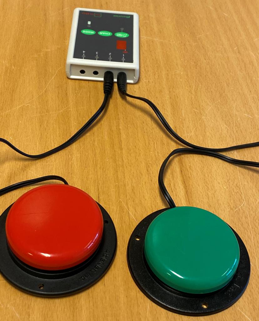 En rød og en grønn bryter koblet til en bryterboks