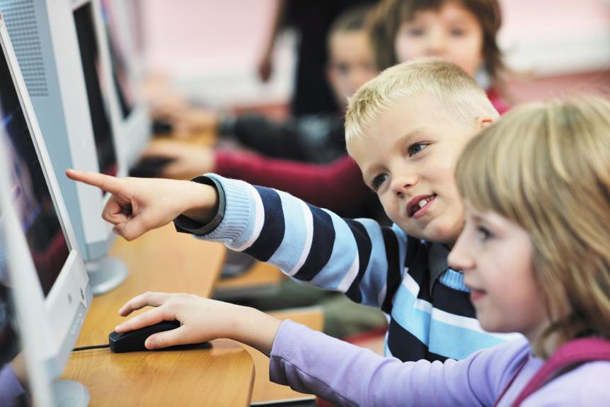 Skoleelever som arbeider med pc (Foto: colourbox.com)