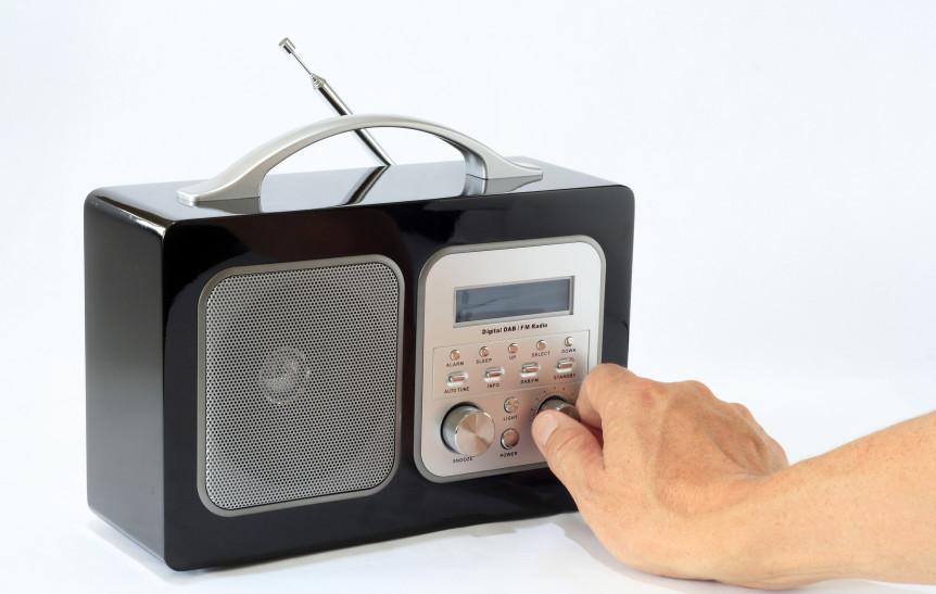 En hånd som stiller inn DAB-radioen (Foto: Colourbox.com)