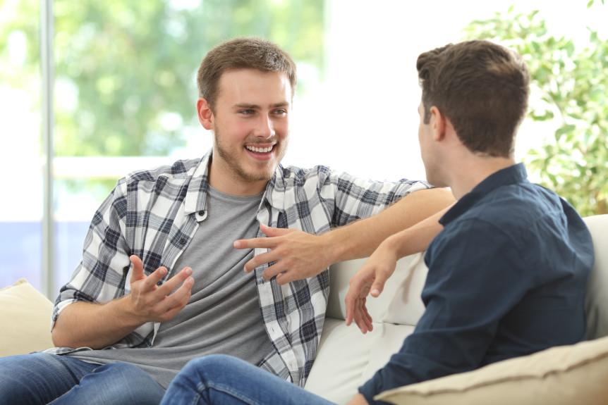 To menn som snakker sammen (Foto: Colourbox.com)