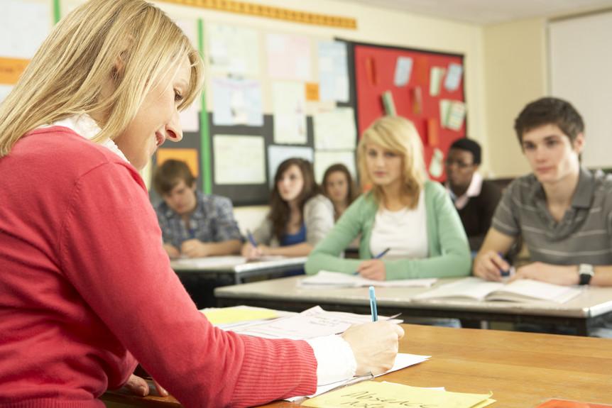 En lærer og elever i et klasserom (Foto: Colourbox.com)