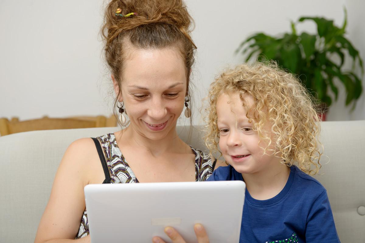 Et barn og en kvinne som bruker et nettbrett (Foto: Colourbox.com)
