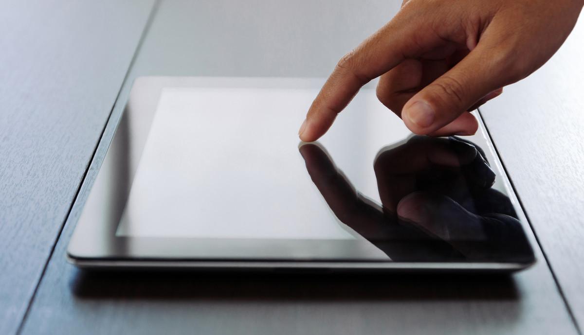 Finger som berører skjermen på et nettbrett (Foto: colourbox.com)