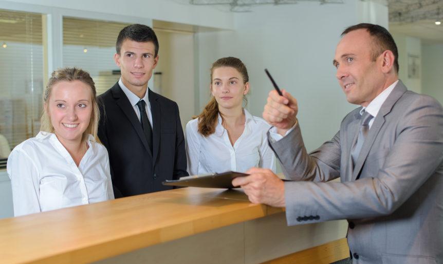 Opplæring av nyansatte i hotellbransjen (Foto: Colourbox.com)