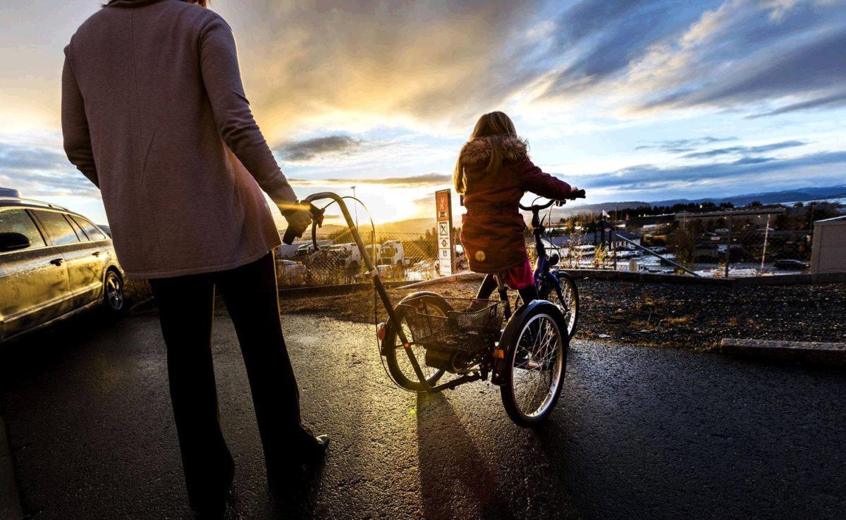 Ung jente på stor trehjulssykkel med støtte av en kvinne (Foto: Gorm Kallestad/NTB scanpix)