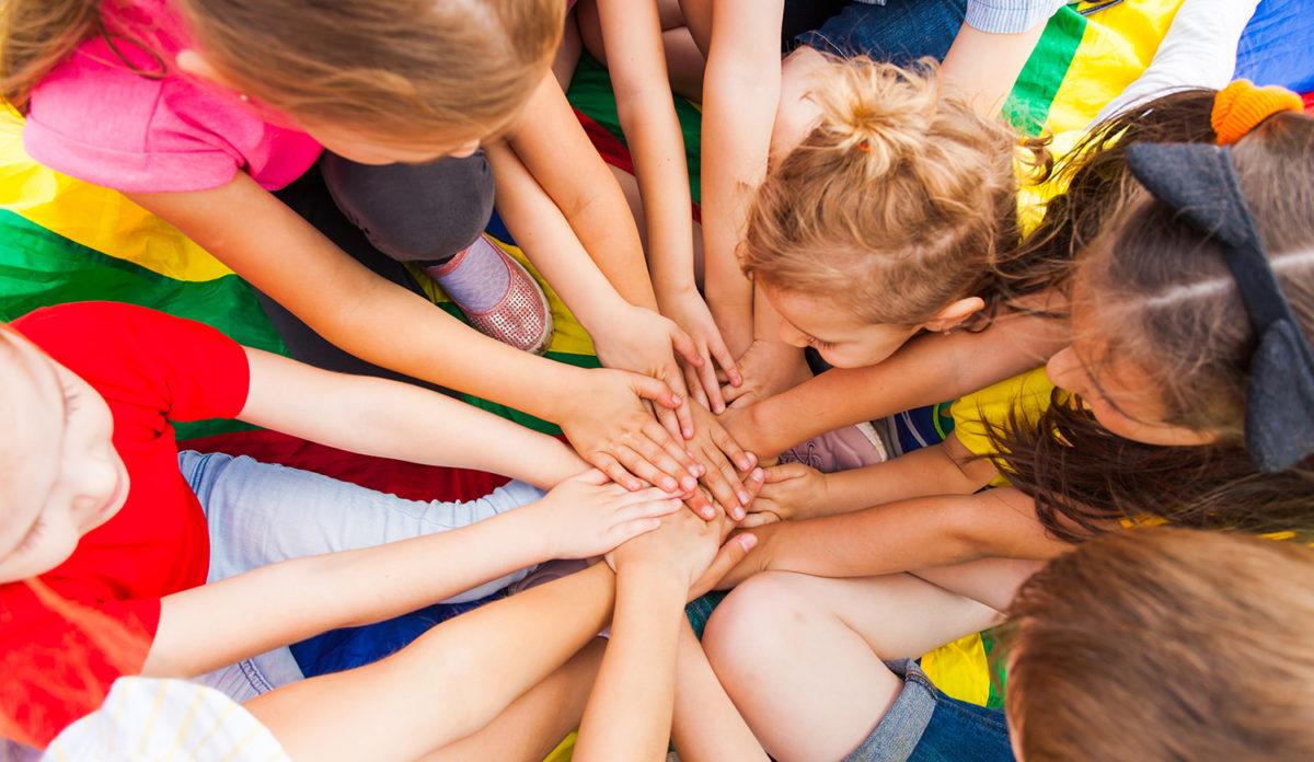 Mange barn som lager en sirkel med hendene sine (Foto: colourbox.com)