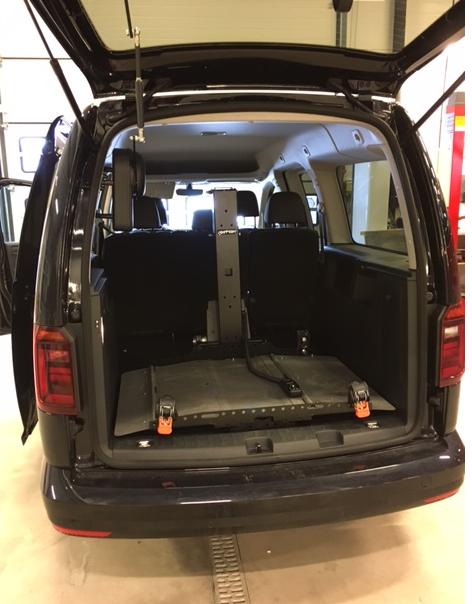 Plattformheis av typen Joey-Lift inne i bil uten rullestol