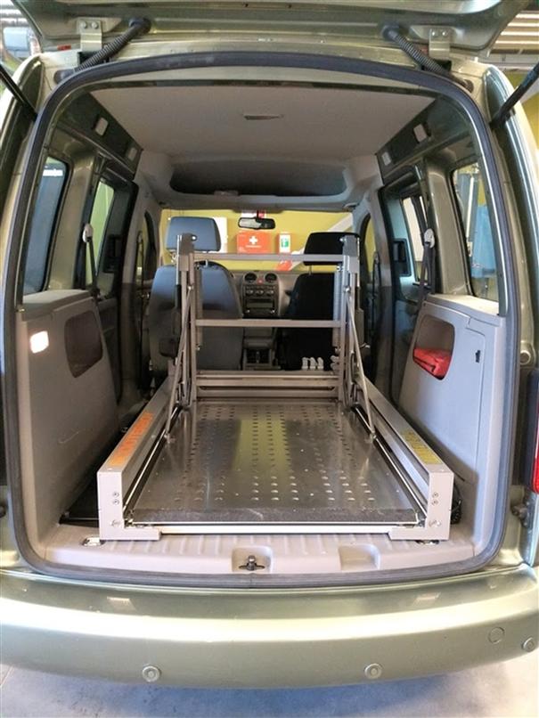 Plattformheis av typen Scooterboy inne i bil uten rullestol