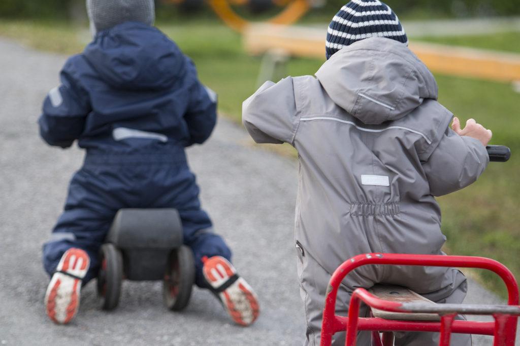 To små barn på hvert sitt fremkomstmiddel på en grusvei (Foto: colourbox.com)