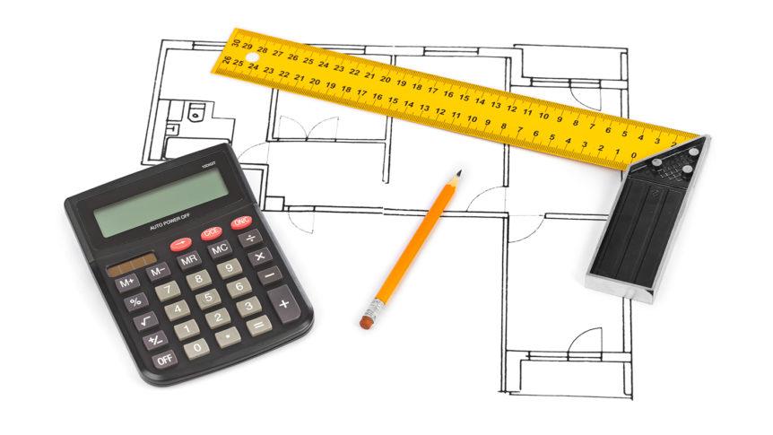 En kalkulator, blyant og vinkeljern på plantegning av leilighet (Foto: colourbox.com)
