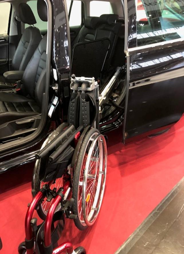 Sammenklappet manuell rullestol klar for å trekkes inn via sidedør