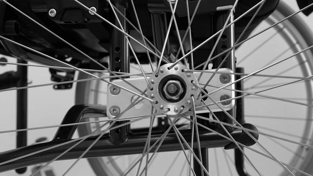 Drivhjul montert på innfestingsplaten til XLT Swing manuell rullestol