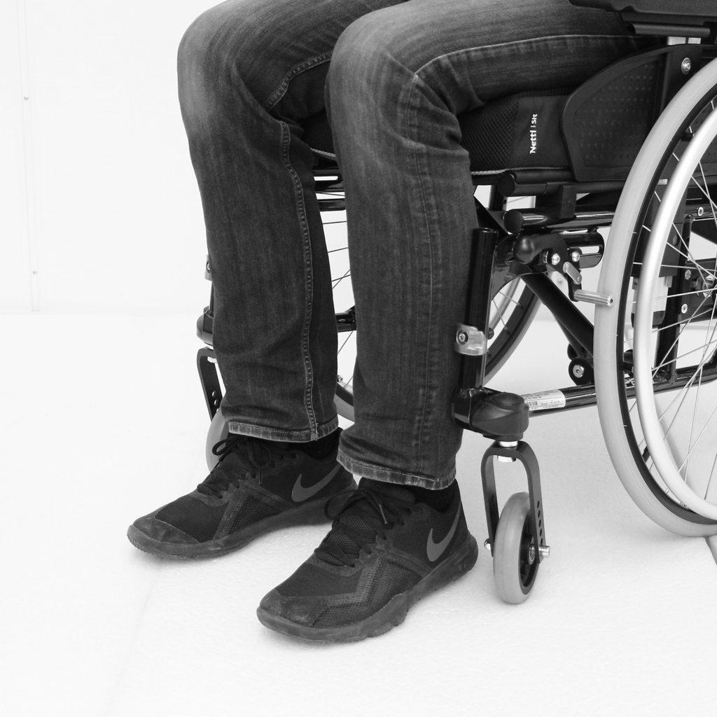 Manuell rullestol hvor benstøttene er tatt av