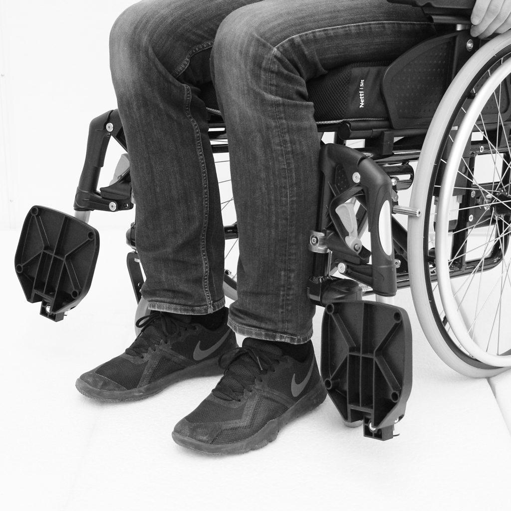Manuell rullestol hvor benstøttene er vippet ut til siden