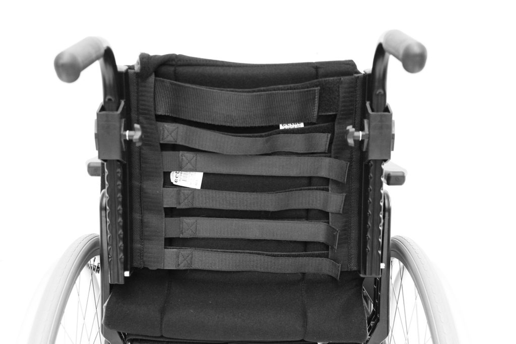 Rygg på manuell rullestol som justeres med velcro-stropper