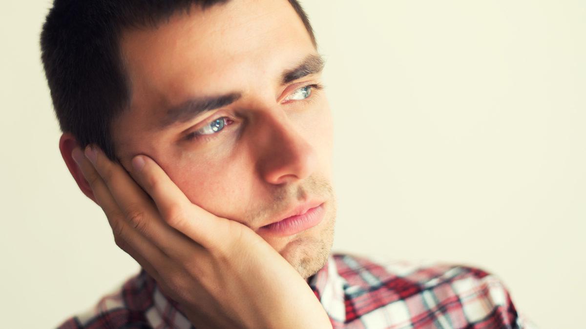En ung mann som tenker (Foto: colourbox.com)