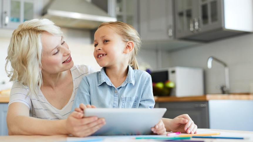 Mor og datter ved kjøkkenbordet (Foto: colourbox.com)