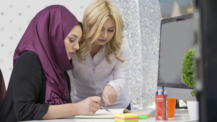 To kvinner ved et bord som ser på et ark sammen (Foto: colourbox.com)