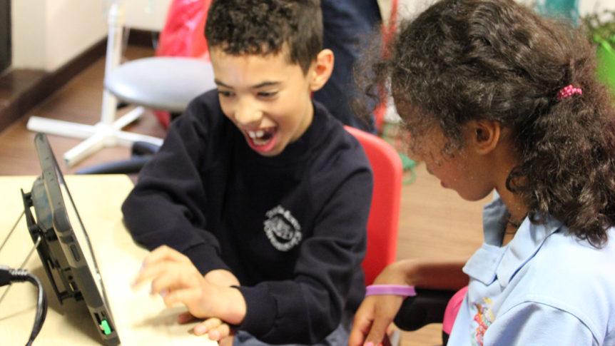 To barn som snakker sammen ved hjelp av en talemaskin (Foto: Cognita)