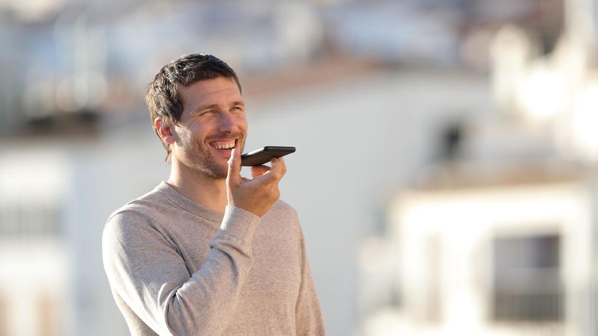 Voksen mann som bruker talegjenkjenning på mobilen sin (Foto: colourbox.com)