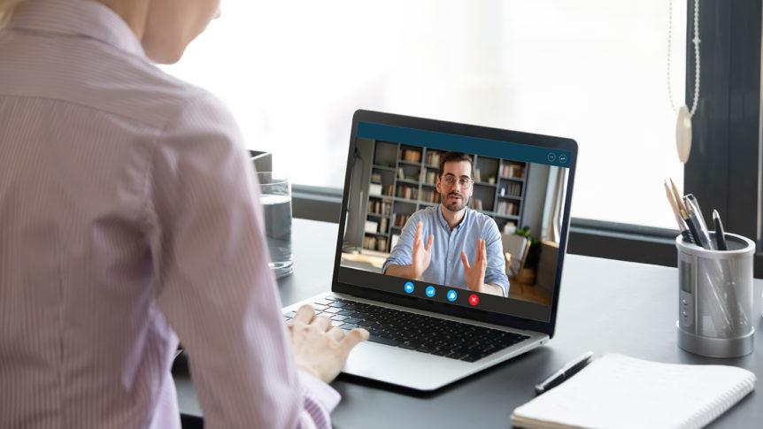 Kvinne med bærbar pc foran seg på et bord og har videomøte med en mann (Foto: colourbox.com)
