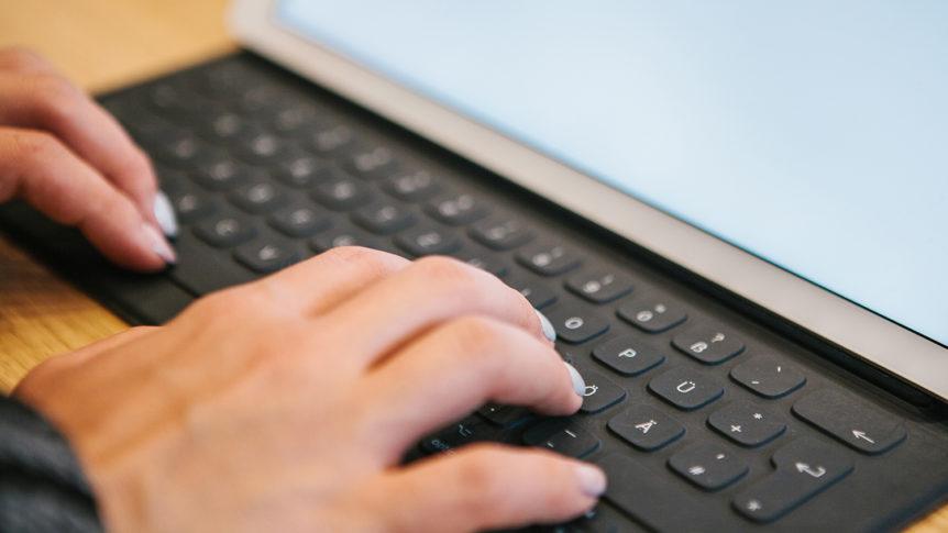 To hender på et tastatur koblet til et nettbrett (foto: colourbox.com)