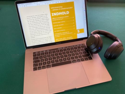Bærbar mac og høretelefoner