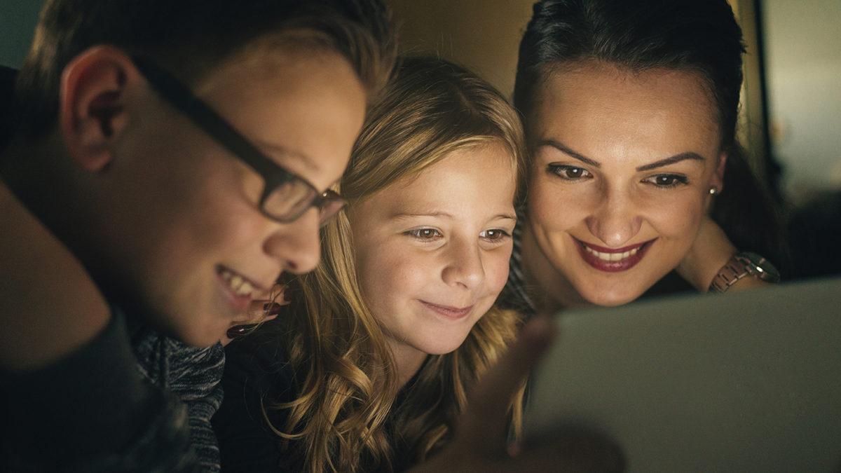 En mor og to barn som ser på nettbrett sammen (foto: colourbox.com)