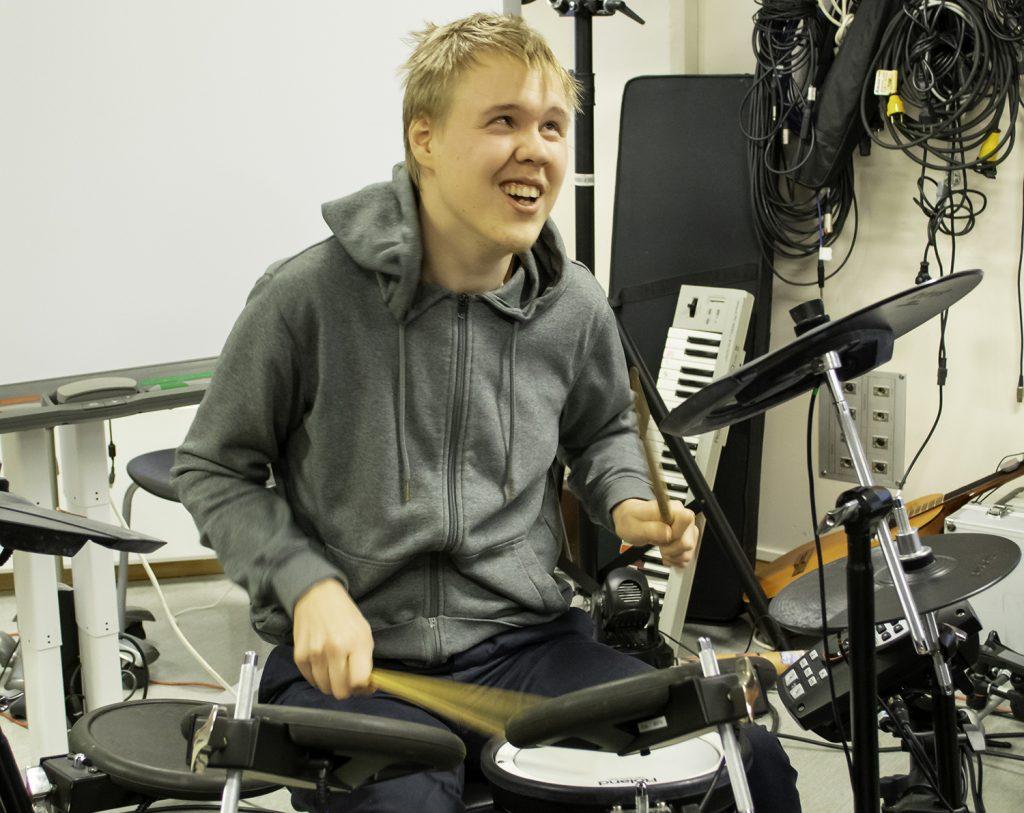 Varg Evi Eira spiller trommer