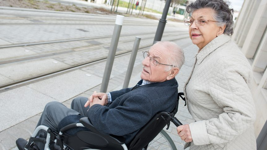 Eldre dame som triller en eldre mann i rullestol (Foto: colourbox.com)