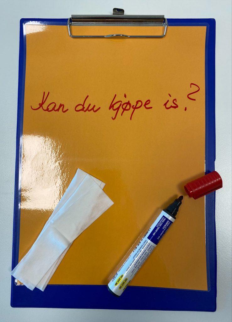 Laminert ark med whiteboard-tusj og tørkepapir