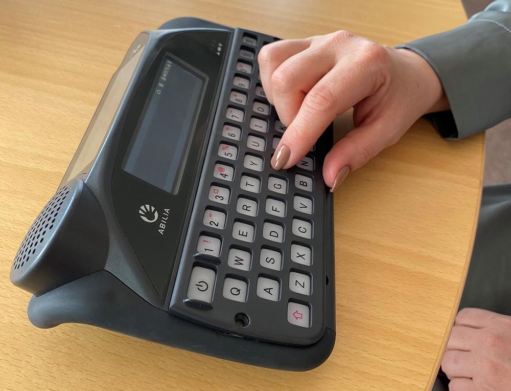 Skrivemaskin med fingerguide