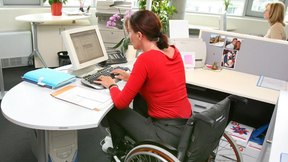 Ung kvinne i rullestol på en kontorarbeidsplass (foto: colourbox.com)