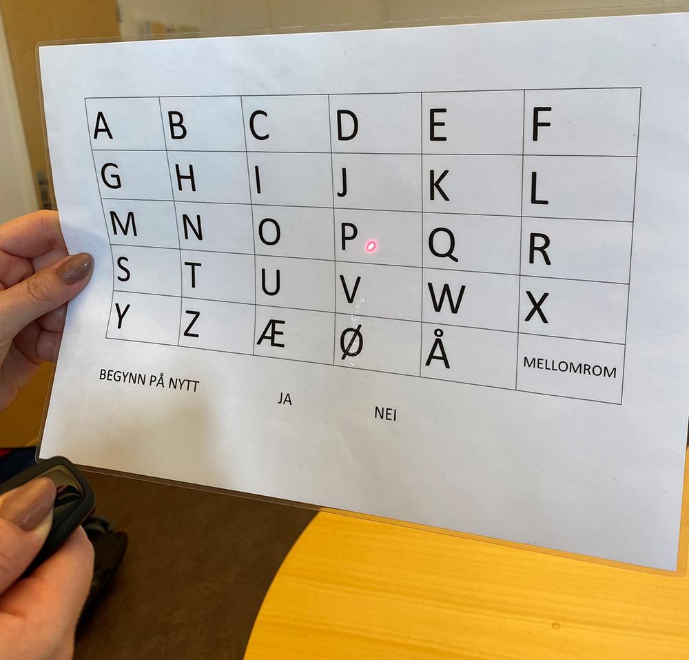 Bruk av laserpenn på peketavle med alfabet
