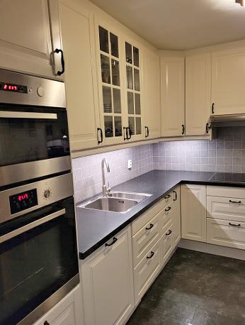 Eksempel kjøkken - benk og skap ved kum